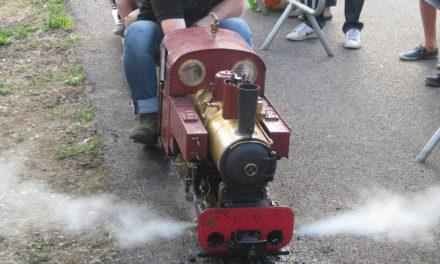 Un train à vapeur vive